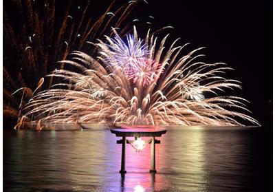 画像: 「不知火・海の火まつり」鳥居を囲む海上花火
