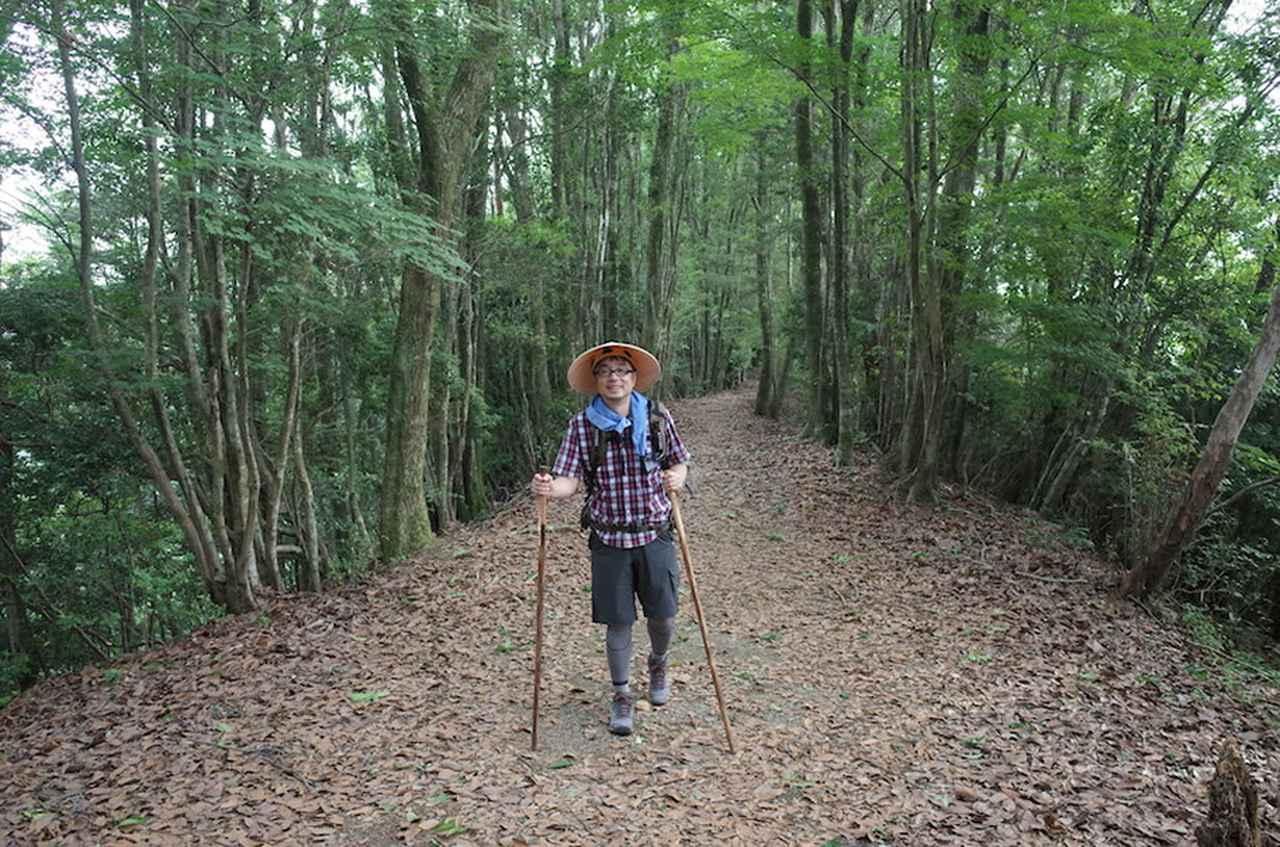 画像: 熊野古道を歩く小山さん