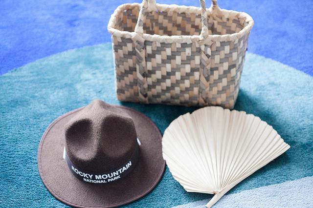 画像: 旅先で購入した雑貨の数々(左からアメリカのロッキーマウンテン国立公園で購入した子ども用ウエスタンハット、竹富島の民芸品店で購入した月桃の籠バッグ、桑の葉のうちわ)