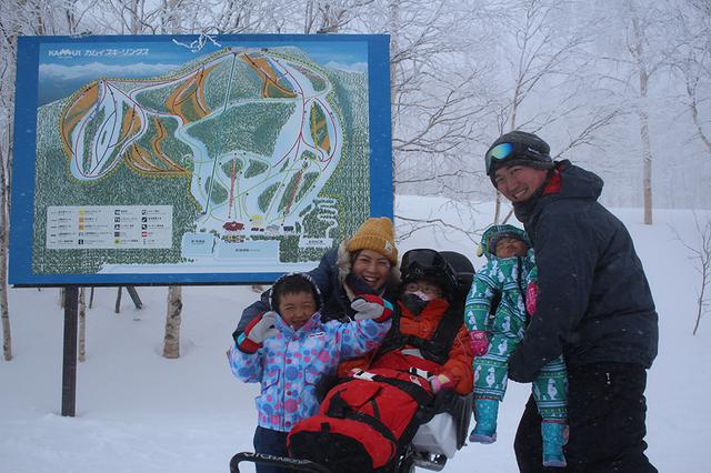 画像: 山頂での家族写真。この後は親子でスキーを満喫!