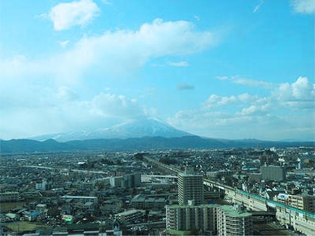 画像: 盛岡駅前から南部片富士(岩手山)を望む