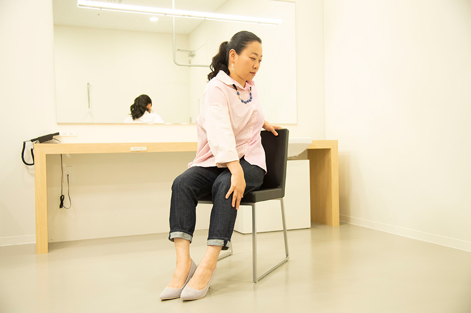 画像: さっそく座ったままできるストレッチを練習するいとうさん。「体はやわらかいほうです」