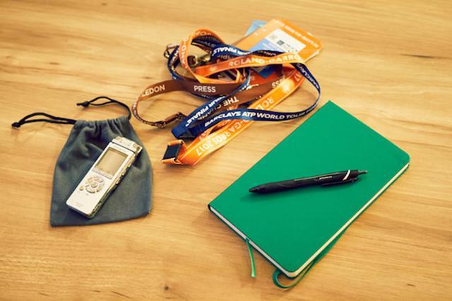 画像: 秋山さんの取材旅行の必携アイテム。左からICレコーダー、プレス用のIDパス、モレスキンのノート、三菱鉛筆のボールペン