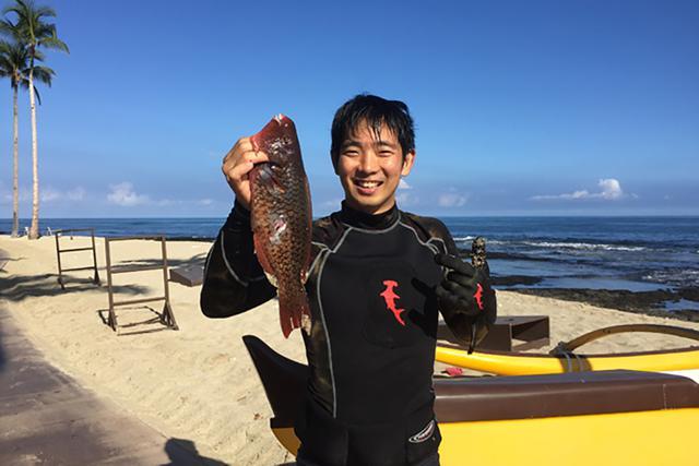 画像: A-bay近くで。この日の獲物はUhu(ハワイ語でウフ=ブダイの一種)!