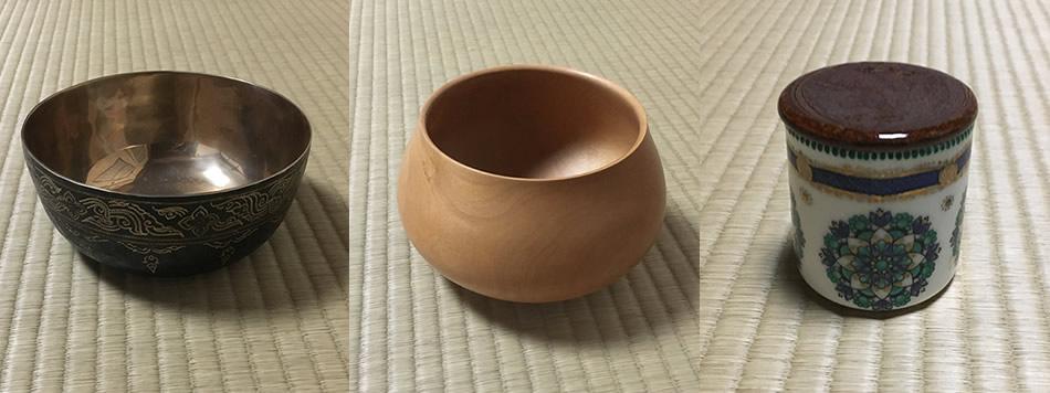 画像: 奈良さんが旅先で集めたお茶の道具。左から、金属の建水(タイ)、木の建水(ハワイ)、茶器(ウィーン)