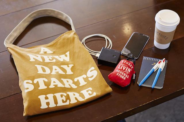 画像: 旅先で使う小さなバッグの中身は、普段の散歩に持ち歩くものと変わらないそう