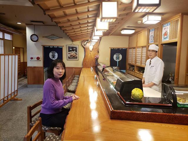 画像: 一階のカウンターも落ち着きます。ふぐ以外の魚料理もどれも新鮮でおいしいと評判です。