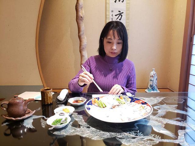 画像: さっそく一口食べさせていただきました。ふだん回転寿司ばかりなので、波動が違いすぎます。