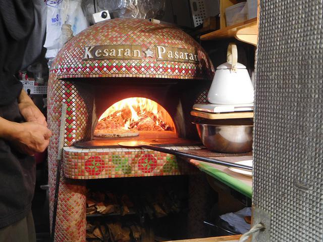 画像: 公園内の食べ物コーナーには、本格的な石窯で焼いたナポリピザのお店も。焦げ目がいい感じでした。