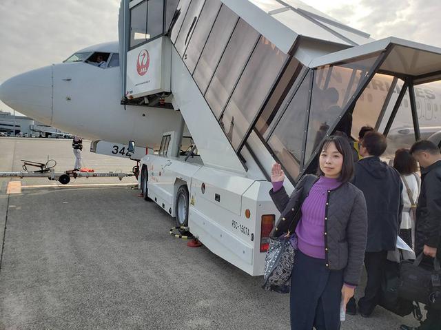 画像: 宇部行きの飛行機の機種はボーイング737-800。窓からパイロットらしき方が手を振ってくださいました。
