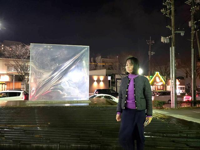 画像: 宇部は彫刻の街で、宇部新川駅周辺には各所に彫刻が展示。「超空間」というガラスと石を使った、水も流れる素敵な作品の前で。