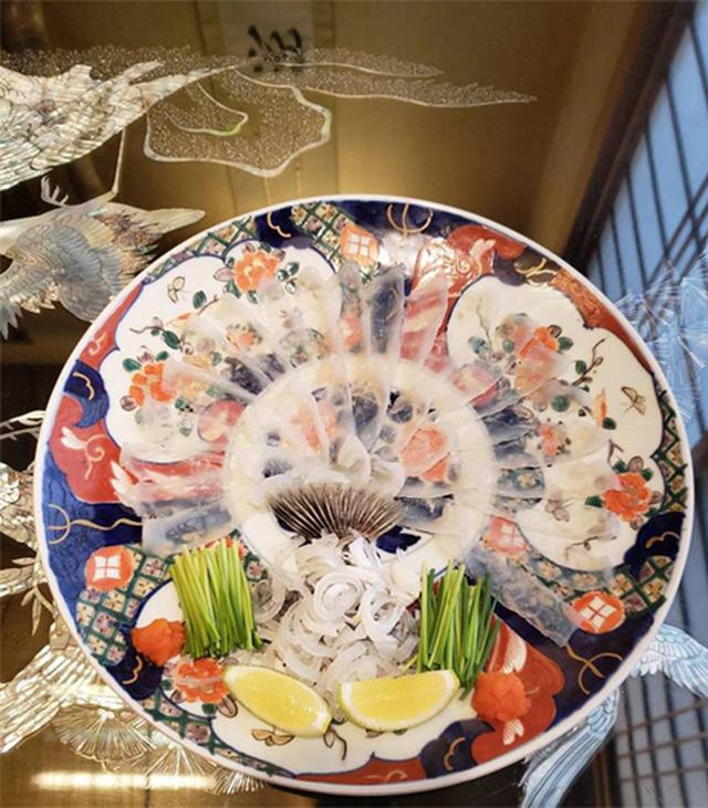画像: 美しく盛りつけられたふぐのお刺身。光沢感と透明感がすごいです。