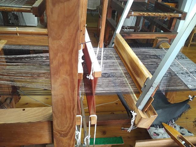 画像: 糸の時点で柄が浮き出ているのがご覧になれますでしょうか。糸に模様を染めるとは、想像を絶する作業です……