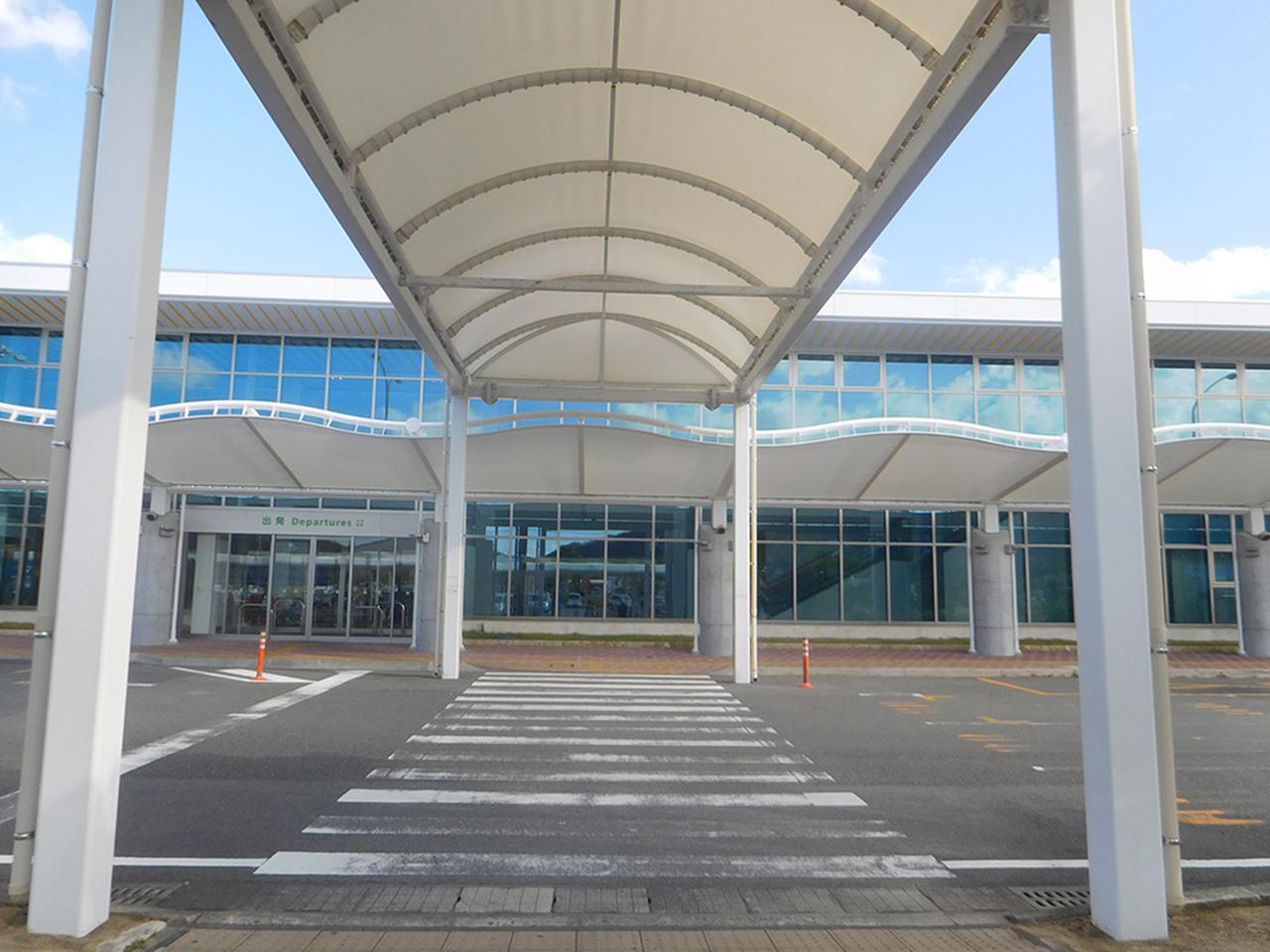 画像: 奄美空港外観。白くてシンプルな建物ですが、南国の青空とよく合います。