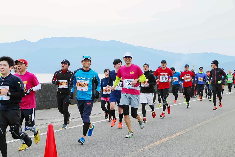 画像2: 青い海を望みながら海岸沿いを走る天草マラソン