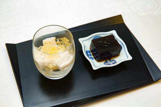 画像: ラム酒のゼリーが載ったマンゴーアイスクリームとココナッツ餅(左)、黒みつ羊羹(右)