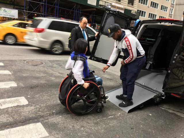 画像: 街中でもアメリカの配車アプリを使用して車いす対応のタクシーを呼びました。短い移動には移乗せずに済むので便利です。