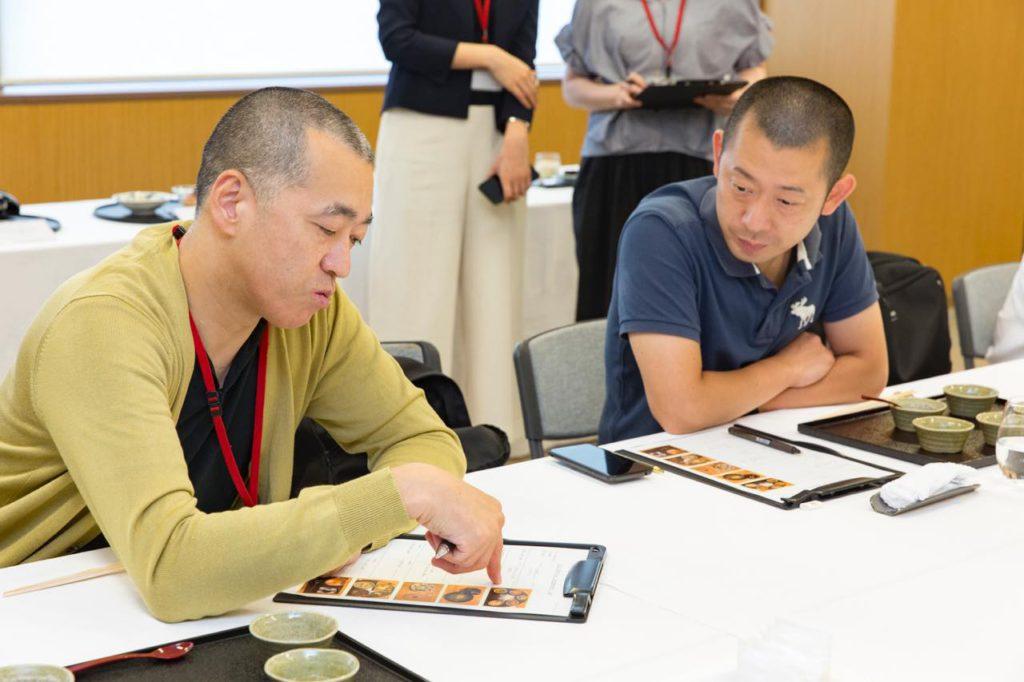 画像: 「神楽坂石かわ」の石川秀樹シェフ(左)と、「虎白」の小泉瑚佑慈シェフ(右)