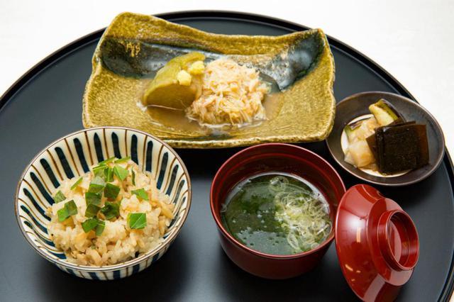 画像: 左上から時計回りに、賀茂なすと毛蟹に生姜餡をかけた煮物、香物、生海苔とねぎの味噌椀、新れんこんの御飯