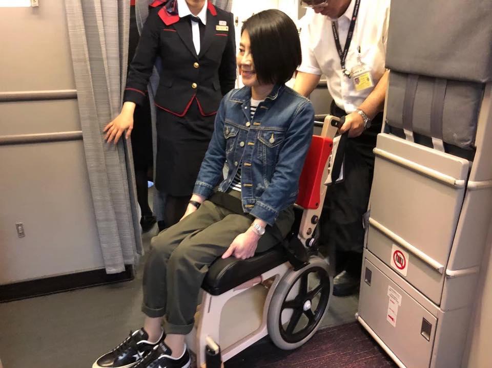 画像: 木製車いすに乗り、事前改札で最初に機内に搭乗しました