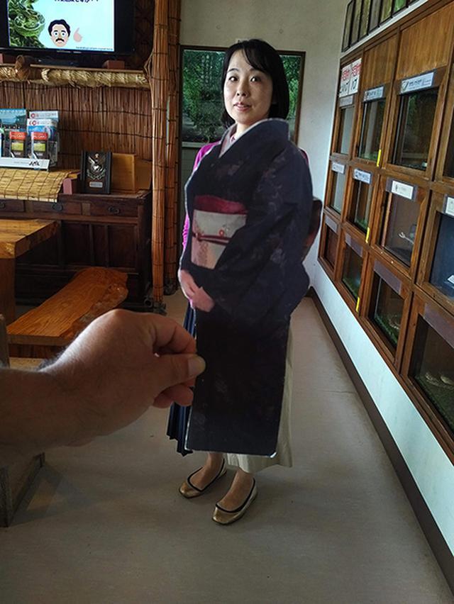 画像: 原ハブ屋にて遠近法を使った顔ハメで大島紬を疑似着用。似合うかどうか確認できます。
