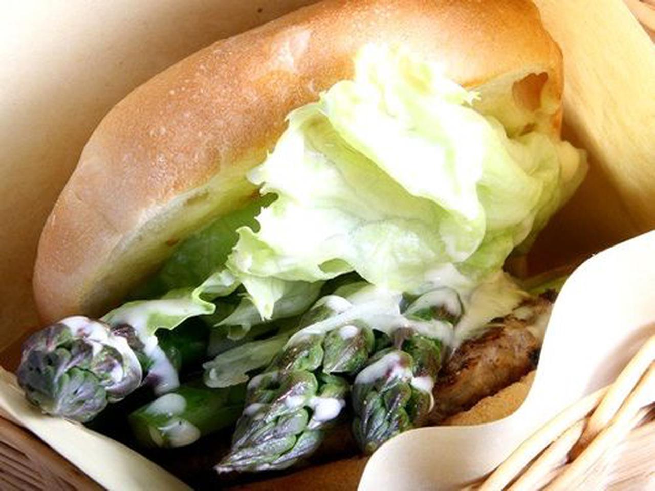 画像: こちらは季節限定の「アスパラバーガー」美瑛産の太いアスパラを用いたハンバーガーです。もちろん収穫できる時期のみ。