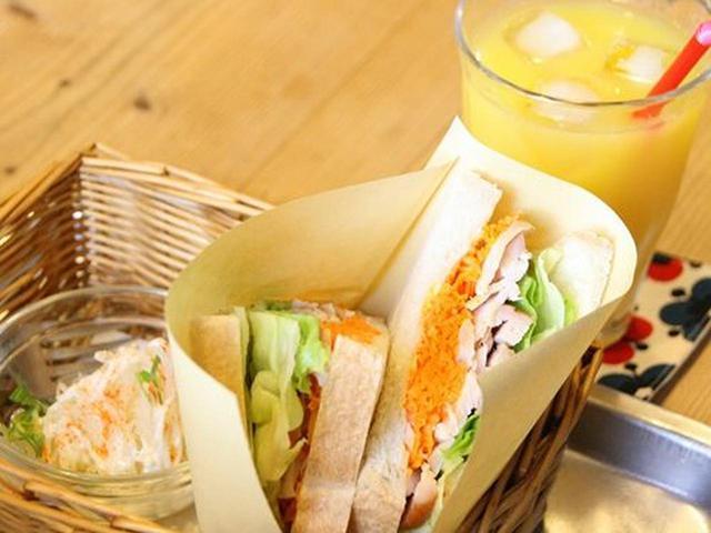 画像: 「スモークチキンとにんじんマリネ」のサンドイッチを。+200円で、ドリンクセットになります。