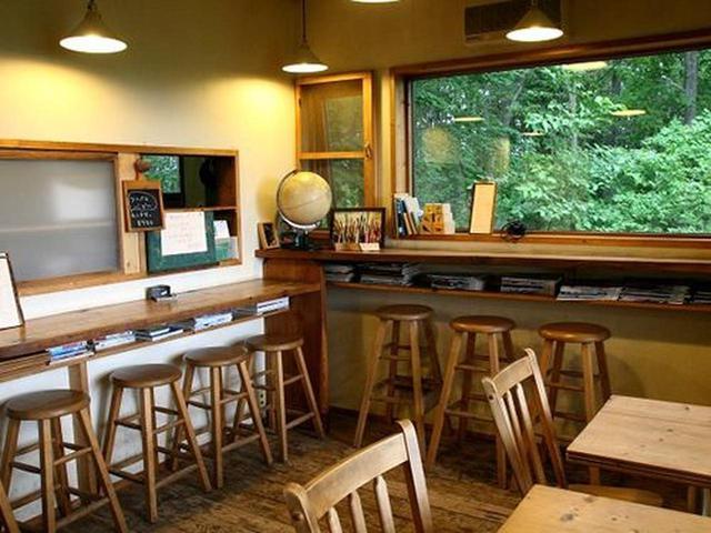 画像: 店内も木の温もりが活きています。カウンター&テーブル席。カフェレストランです。