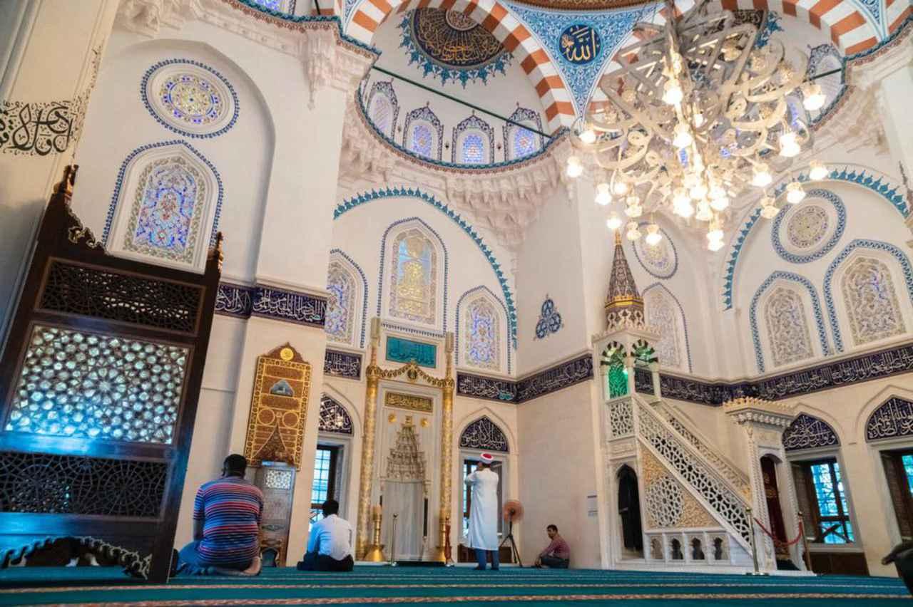 画像: 一面に緻密な装飾がちりばめられ、神の住まいを美しく演出