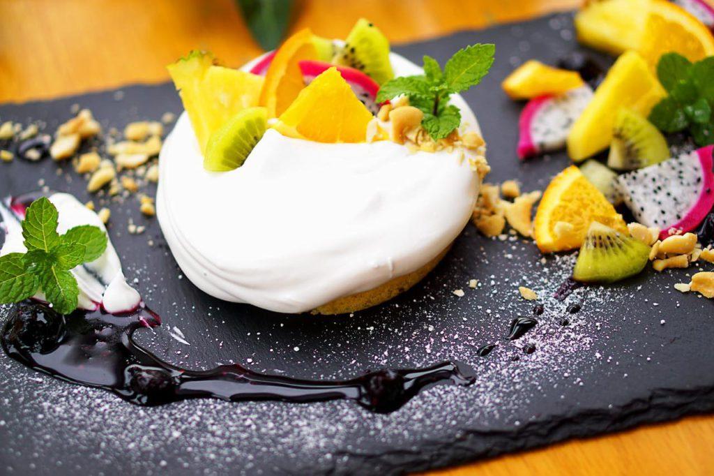 画像: 「ヘーゼルナッツのハワイアンパンケーキ」。ふわふわモチッとした生地とナッツの食感はやみつきに