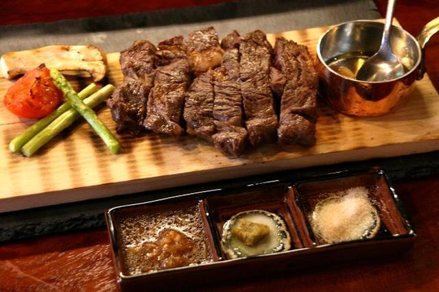 画像: 薪香るステーキ 225g 3490円(税別) 炭火と杉の木に染みたウィスキーの香りがステーキをさらに昇華