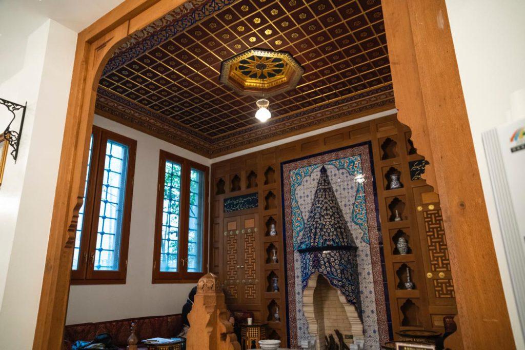 画像: 1階のエントランスに入ってすぐのところにある、トルコの民家の客間