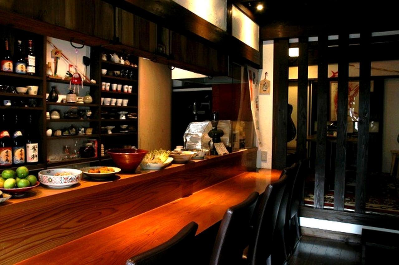 画像: 築約130年の博多町家を改装。店名ロゴは日本を代表するイラストレーター・画家の黒田征太郎氏の作品