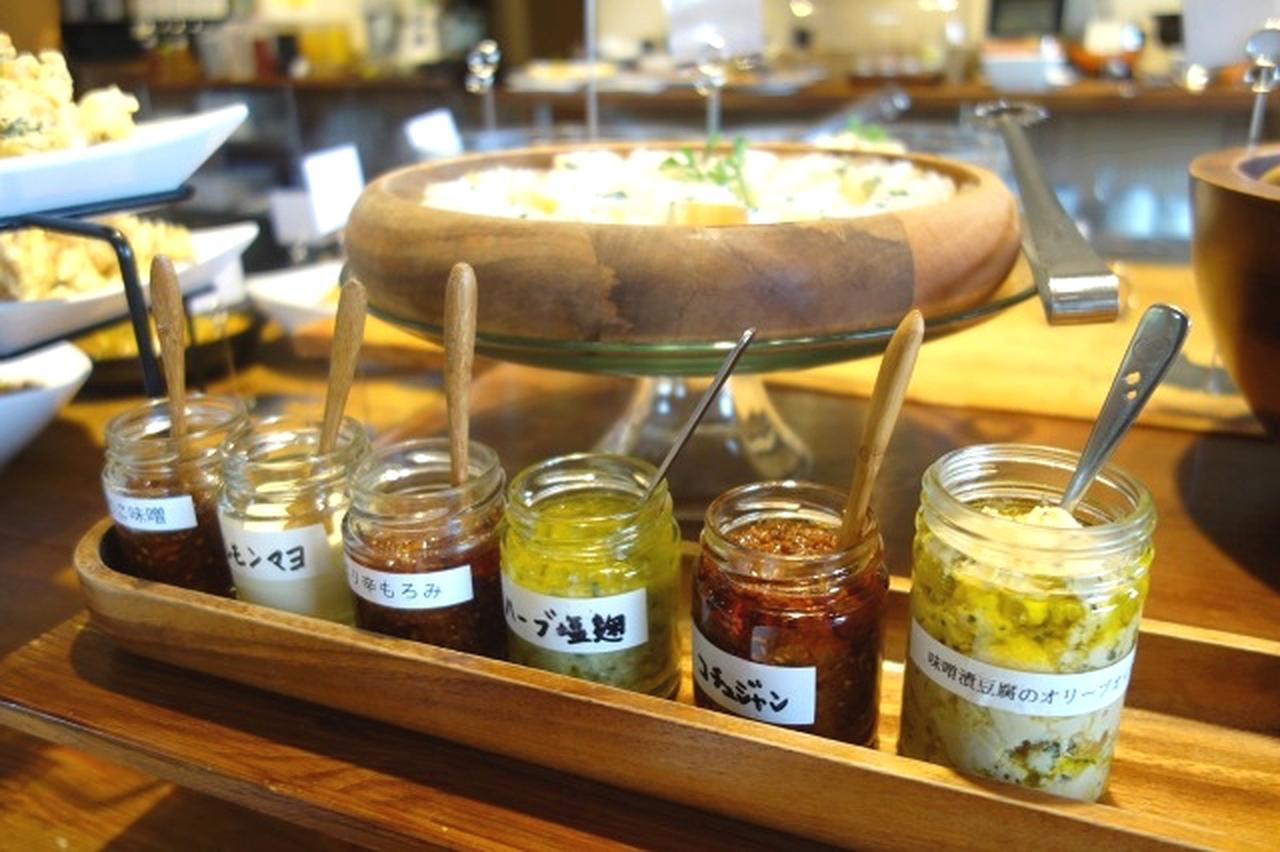 画像: 自家製の味噌漬け豆腐のオリーブオイル漬けやハーブ塩麹、ピリ辛もろみなどは、店舗や通販で販売も