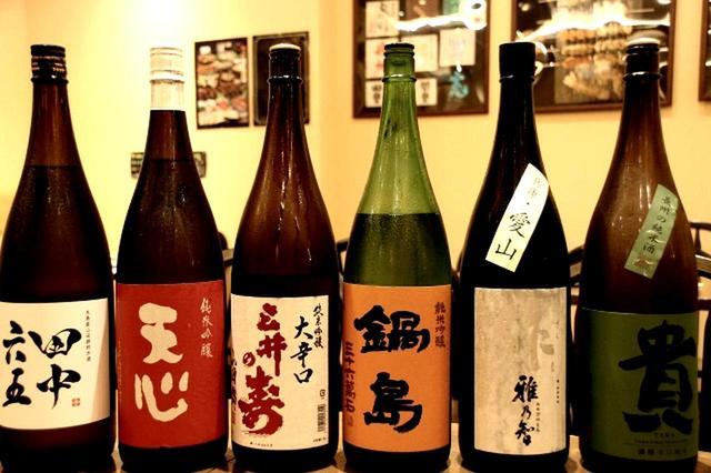 画像: 日本酒は約35種類(定番&限定あり)。日本酒6種の飲み比べセットもあり、さまざまな味を堪能できる