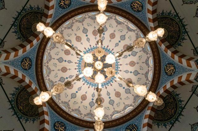 画像: シャンデリアを真下から見ると、雪の結晶のような六角形になっています