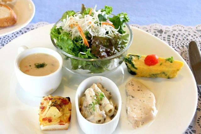 画像: 新鮮なサラダやスープのほか、玉子焼きなど様々な料理がワンプレートに載った、オードブル盛り合わせ