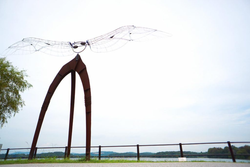 画像: 常盤湖に面して設置された「風になるとき」(西野康造作)。第17回現代日本彫刻展で毎日新聞社賞を受賞