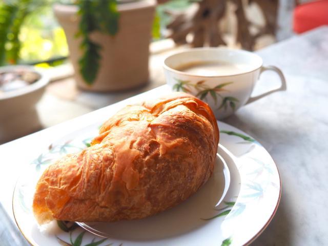 画像: 朝食は、近くのコーヒーショップで