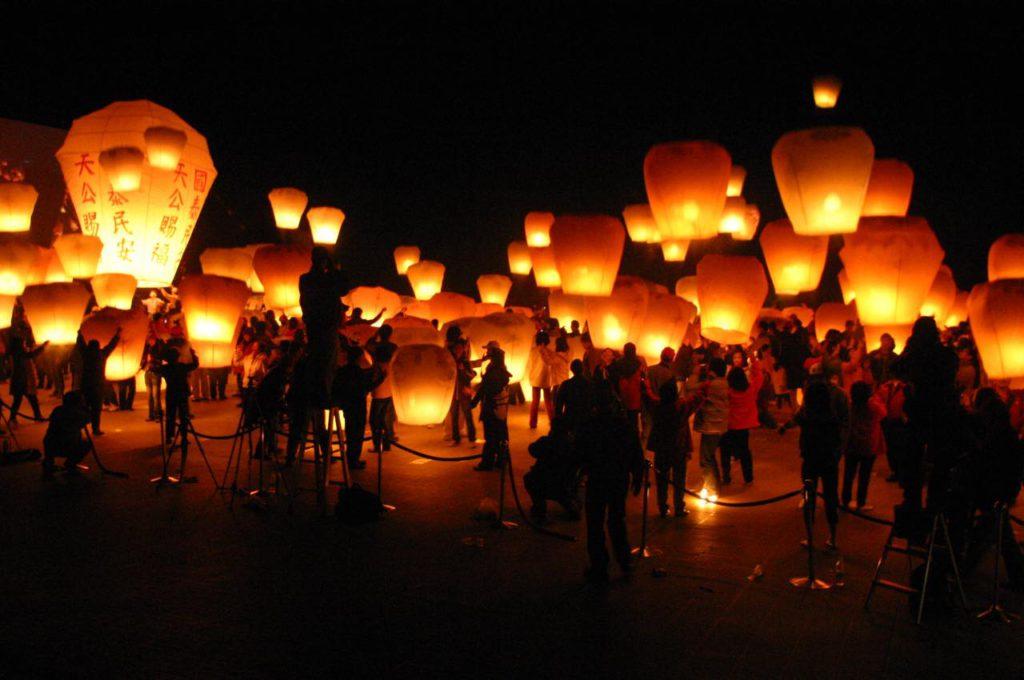 画像2: 夜空を彩る「ランタン飛ばし」はまさに絶景