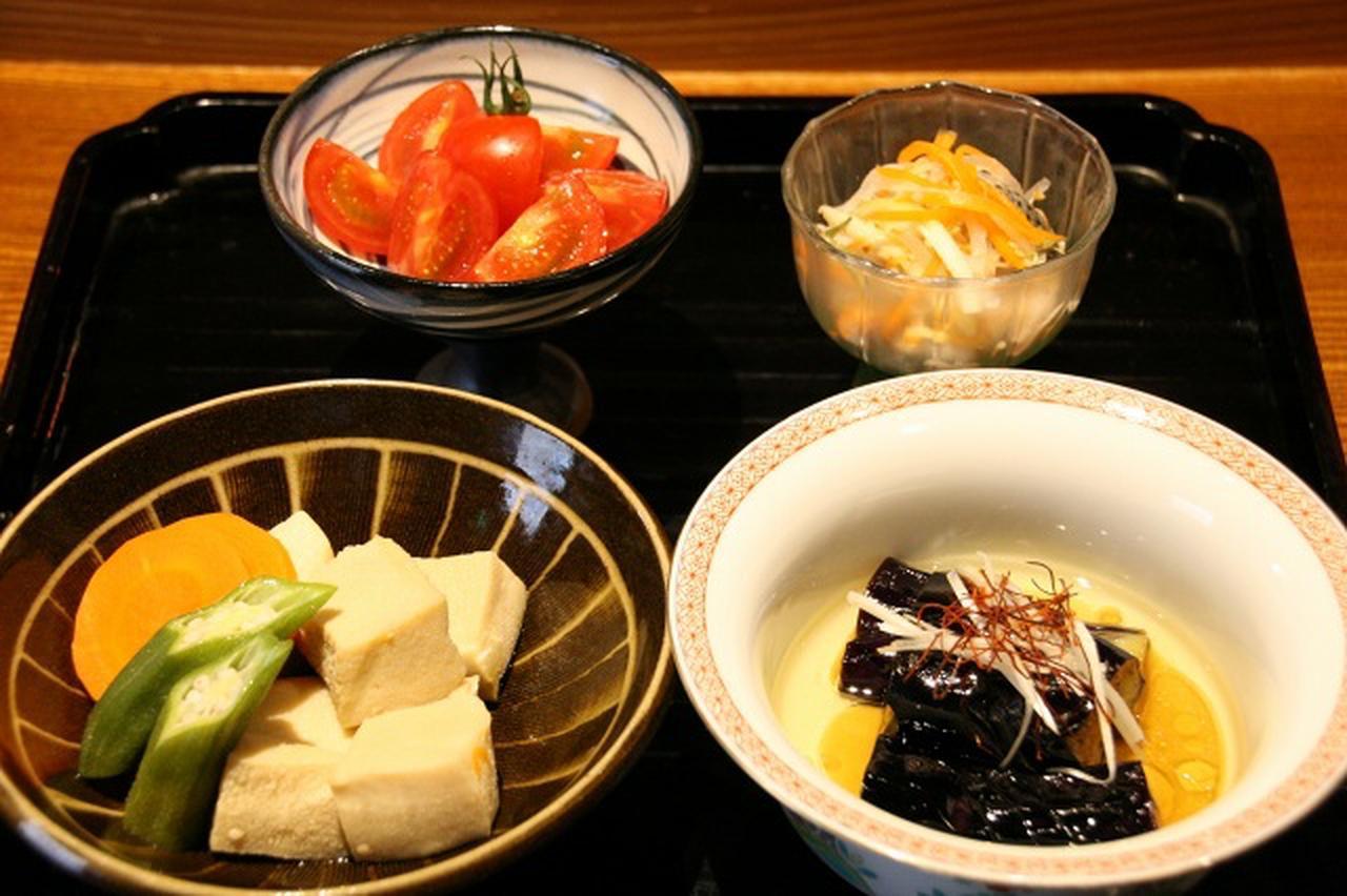 画像: 各種大皿料理や小鉢などは、コース料理にも組み込まれるので、コースが特にオススメ