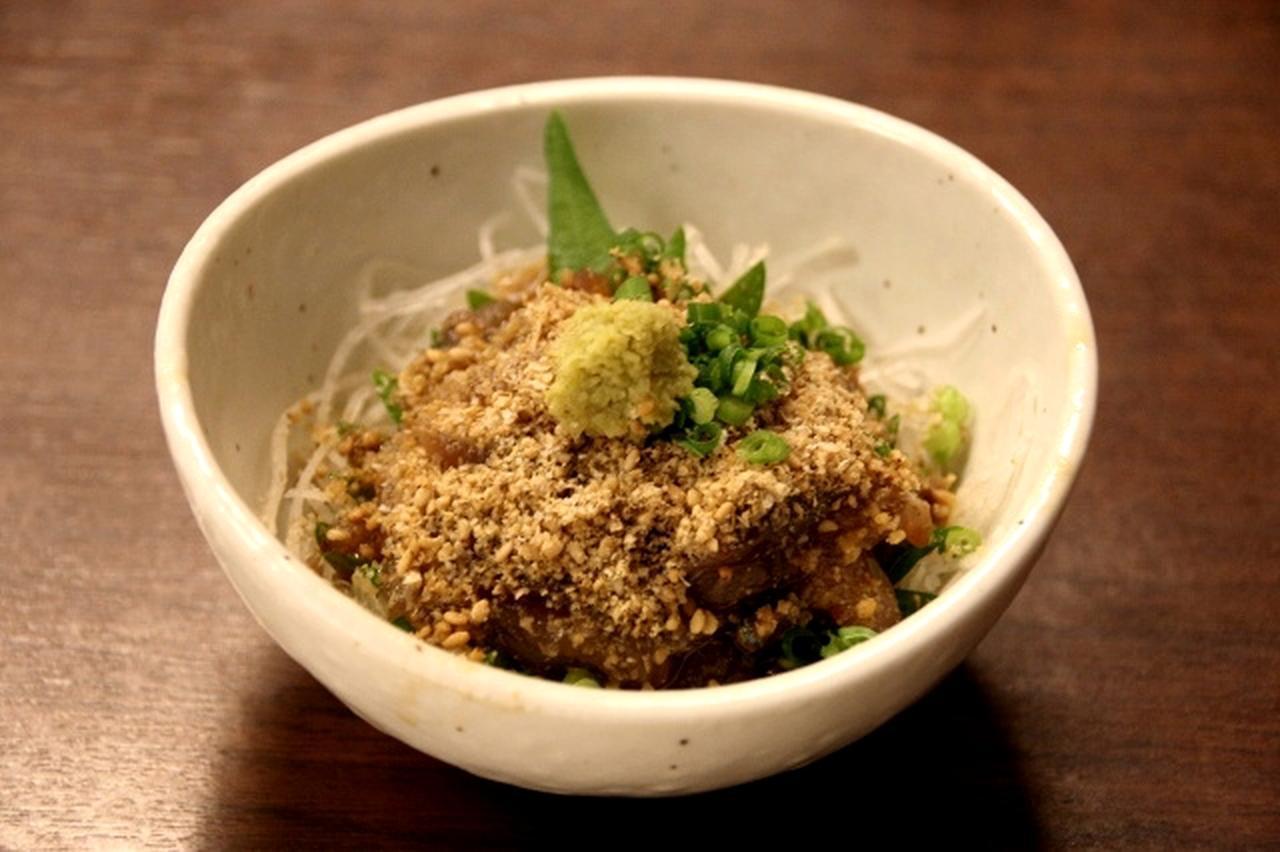 画像: 新作の「ごま鯖」。福岡では定番の料理が、ついに『武蔵』にも登場。鯖の鮮度の良さが全面に出た一品