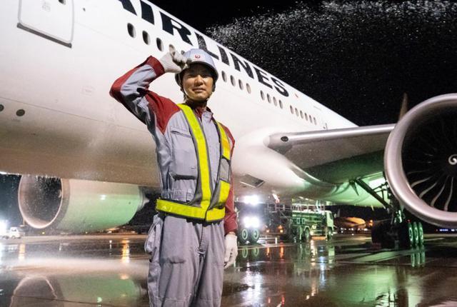 画像: 使うのは水とモップと洗剤だけ。すべて手作業で行う真夜中の飛行機洗浄