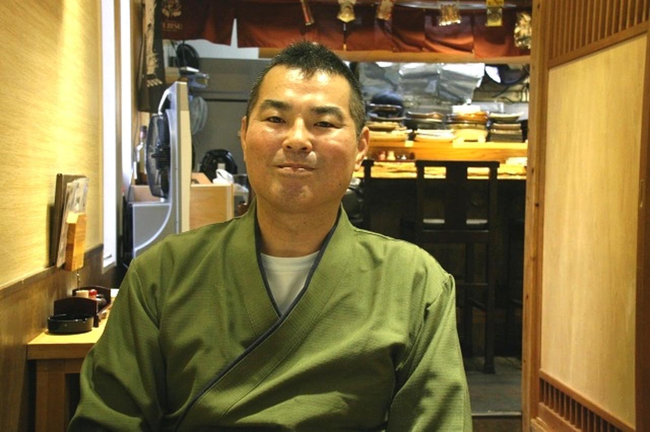 画像: 大将の藤井剛さん。実は地元だそう。店名は藤井さんが学生の頃などに渥美清さんに似ていたところから