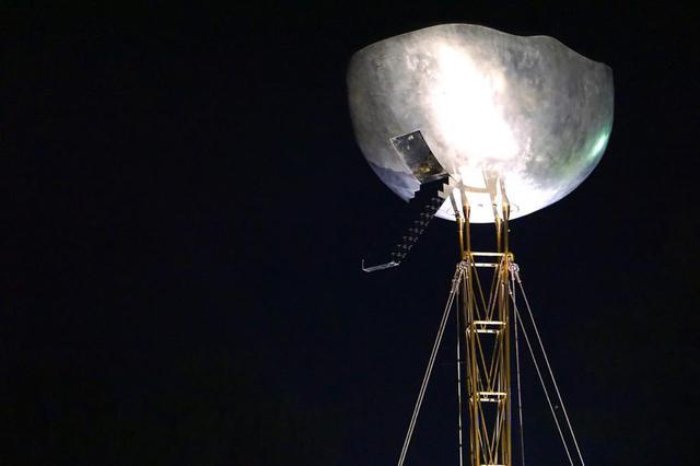画像: 宇宙船のようにも見える「雲の上にあるもの」(関玄達作)