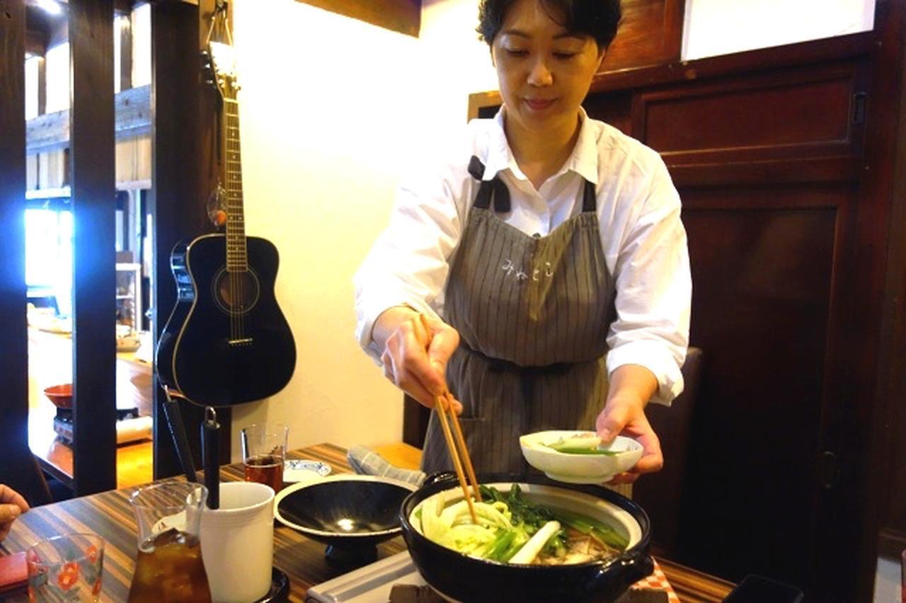 画像: みね子さんとの会話も楽しい。「ひきとおし」は対馬では「いりやき」、糸島では「ちり鍋」と言われるとか