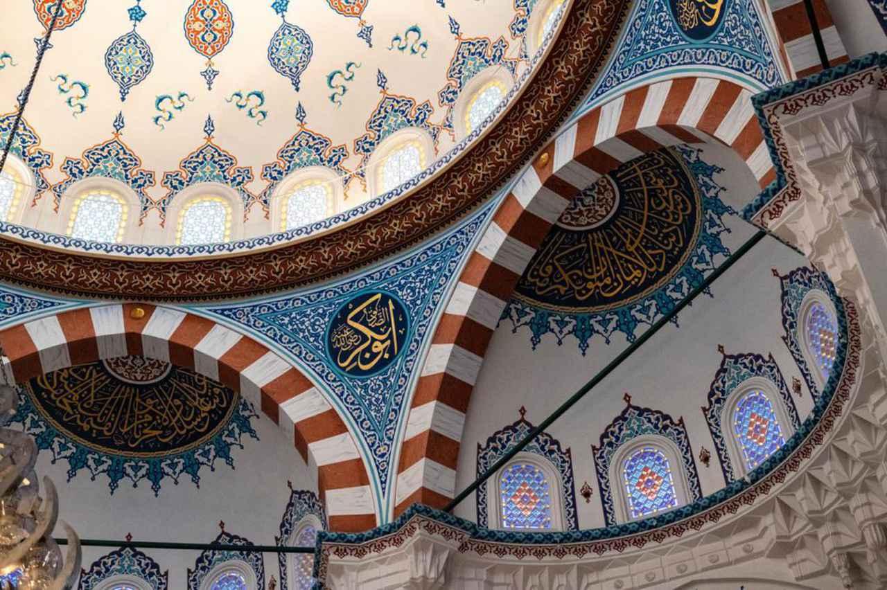 画像: 壁面や天井にはアラビア文字のカリグラフィが施され、ステンドグラスにはアラベスク文様があしらわれています