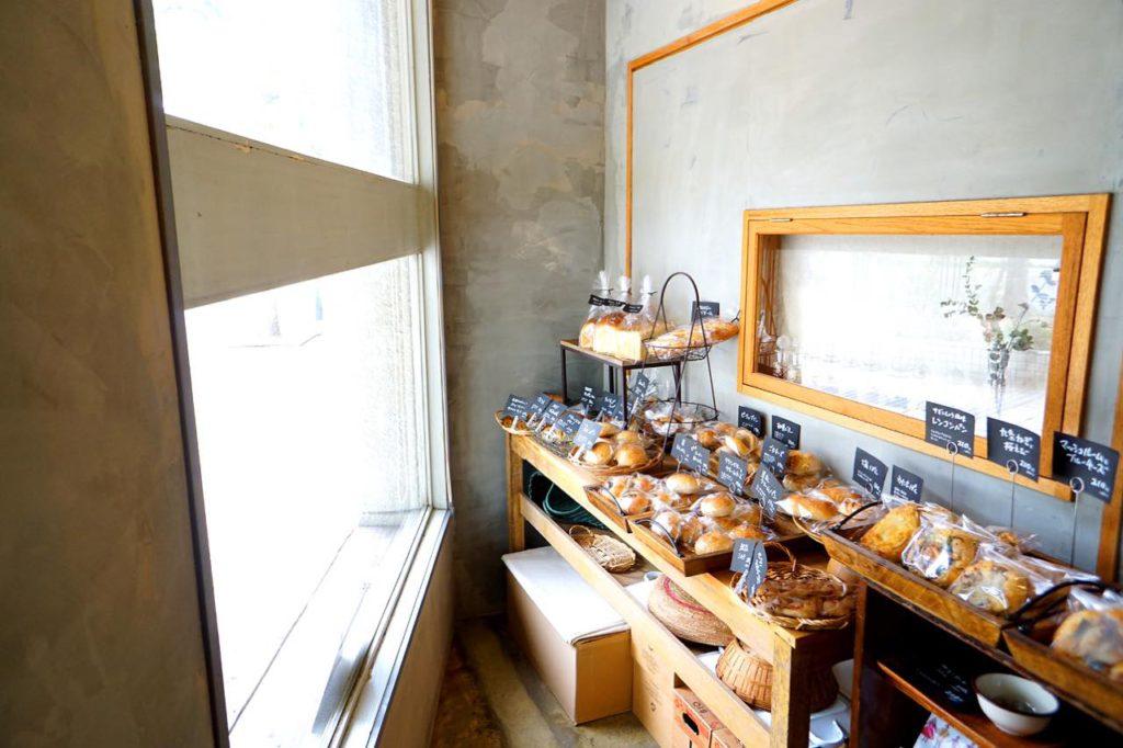 画像: 天然酵母を使った食パンなど手作りパンが並ぶ。午前中の来店がおすすめ