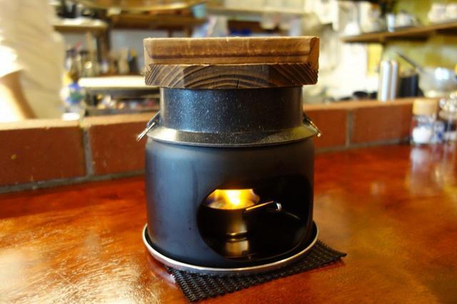 画像: まずは一人分ずつ釜炊きごはんが登場。ステーキが焼きあがる頃に、ごはんも完成。炊き立て風味も格別