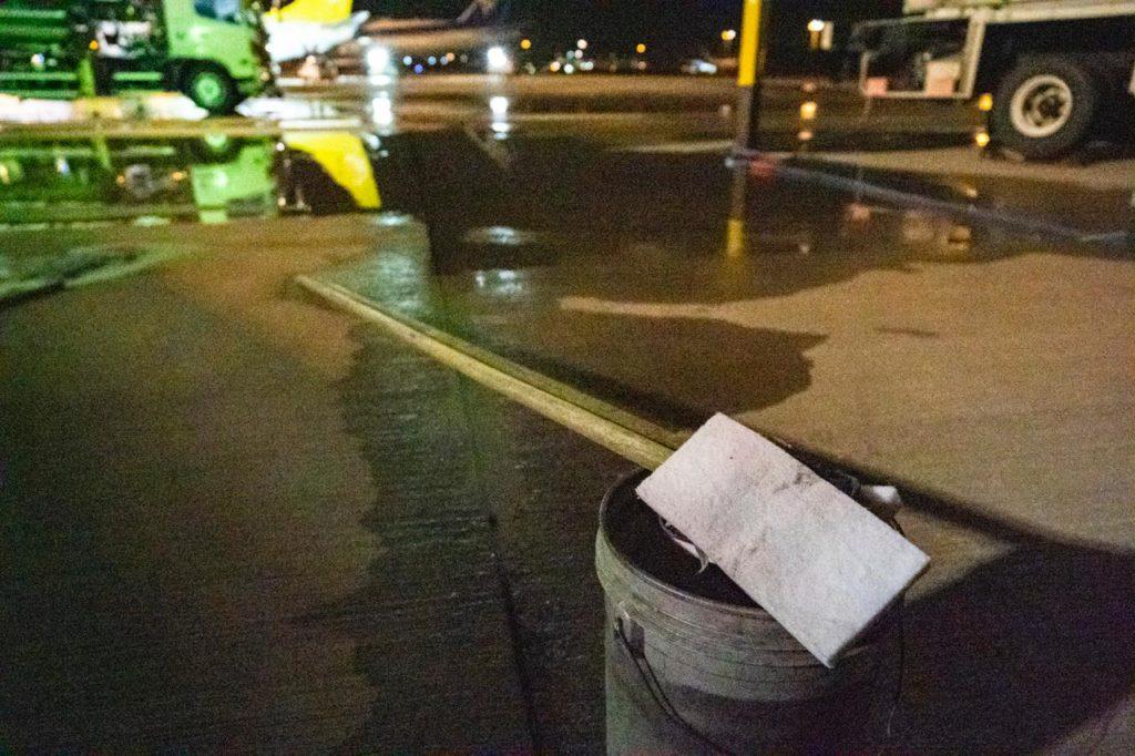 画像3: 巨大な飛行機に対し、洗う道具は手持ちのモップ